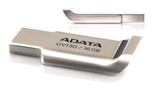 Металевий корпус флешки Adata UV130 має петлю для ремінця, стилізовану під антикрило автомобіля